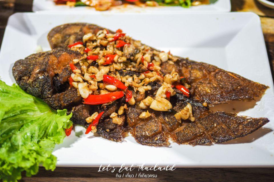 ปลาลิ้นหมาทอดพริกเกลือ เล็กหงษ์ข้าวต้มปลา ตลาดพลู