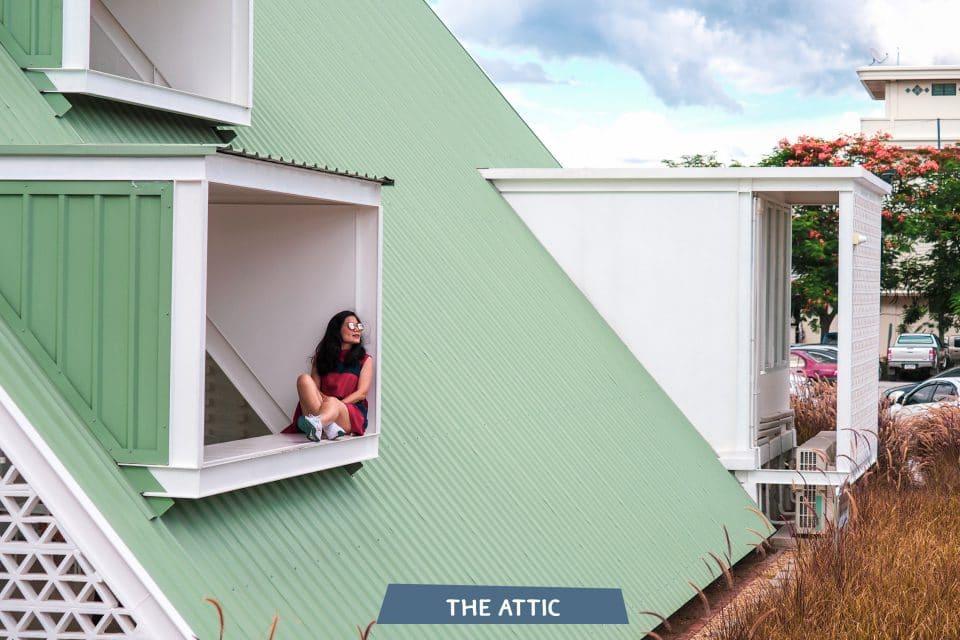 นั่งถ่ายห้องใต้หลังคา The Attic Kan เที่ยวกาญจนบุรี